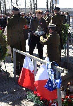 Minister kultury Małgorzata Omilanowska składa kwiaty i znicze w miejscu katastrofy prezydenckiego samolotu w Smoleńsku.  PAP/Radek Pietruszka