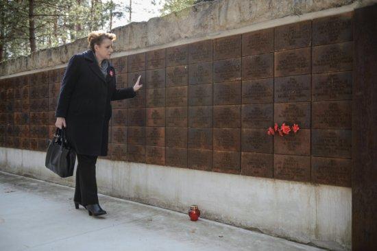 Minister kultury Małgorzata Omilanowska na uroczystych obchodach 75. rocznicy zbrodni katyńskiej na Polskim Cmentarzu Wojennym w Katyniu.  PAP/Radek Pietruszka