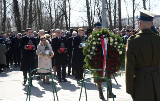 Minister Kultury i Dziedzictwa Narodowego Małgorzata Omilanowska i członkowie polskiej delegacji składają kwiaty i znicze w piątą rocznicę katastrofy w Smoleńsku. PAP/Radek Pietruszka