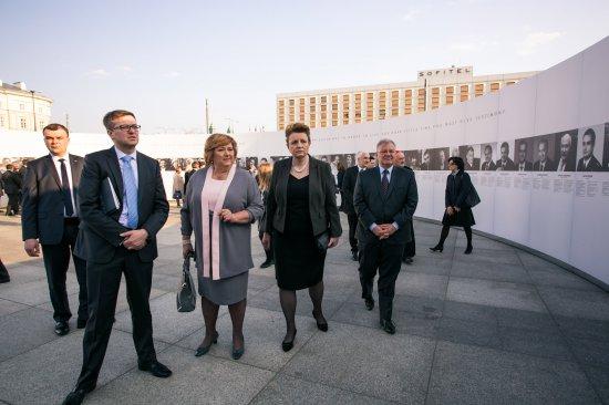 Minister Kultury i Dziedzictwa Narodowego prof. Małgorzata Omilanowska zwiedziła wystawę 11 kwietnia br. fot. Danuta Matloch