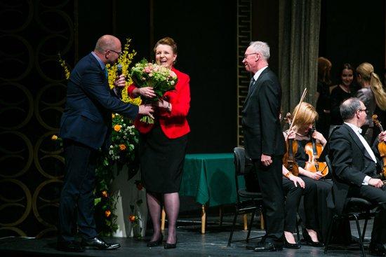 Minister Kultury i Dziedzictwa Narodowego prof. Małgorzata Omilanowska wręczyła zasłużonym muzykom Sinfonia Varsovia medale i dyplomy. fot. Danuta Matloch