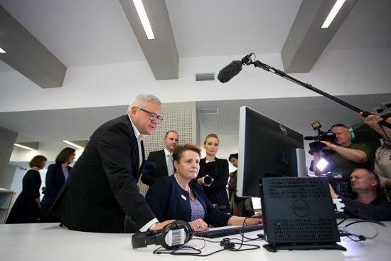 Minister Małgorzata Omilanowska przy stanowisku multimedialnym w nowej siedzibie NInA. fot.: Danuta Matloch