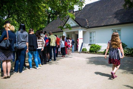 Długa kolejka przed wejściem do Domu Urodzenia Fryderyka Chopina. foto: Danuta Matloch