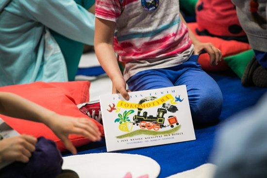 W rękach dziecka egzemplarz książeczki z wierszem Lokomotywa Juliana Tuwima. foto: Danuta Matloch