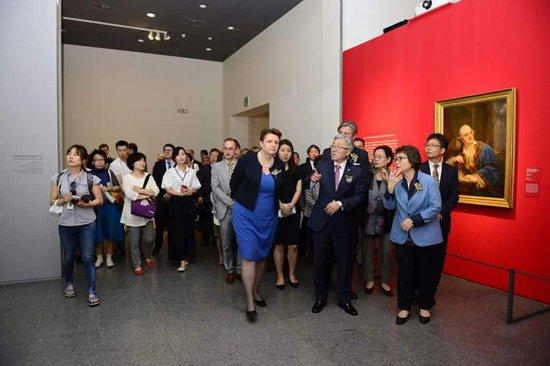 Minister Małgorzata Omilanowska zwiedza wystawę Sztuka Polska: Niezłomny duch. foto: IAM