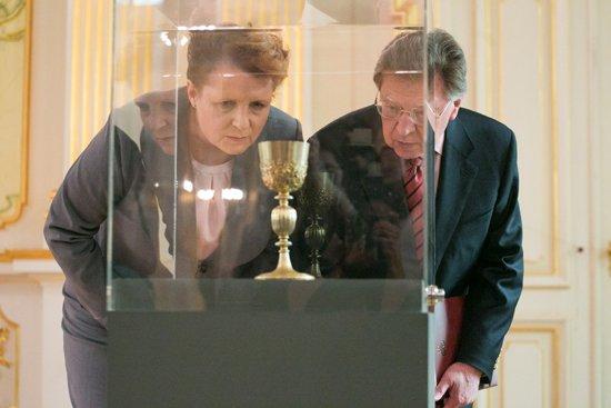 Odzyskany kielich oglądają minister Małgorzata Omilanowska,  oraz dyrektor Zamku Królewskiego w Warszawie prof. Andrzej Rottermund. fot.: Danuta Matloch