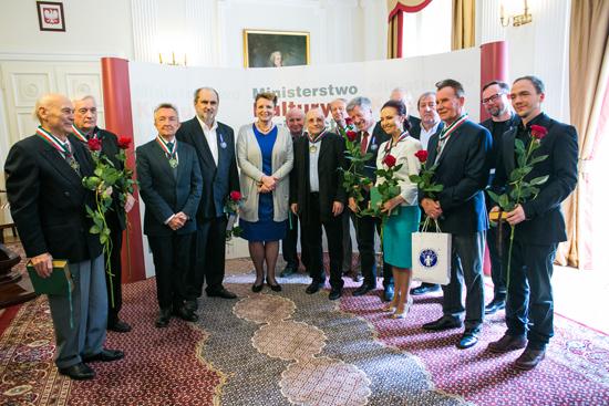 Zdjęcie laureatów Medalu Gloria Artis wraz z minister Omilanowską. fot.: Danuta Matloch