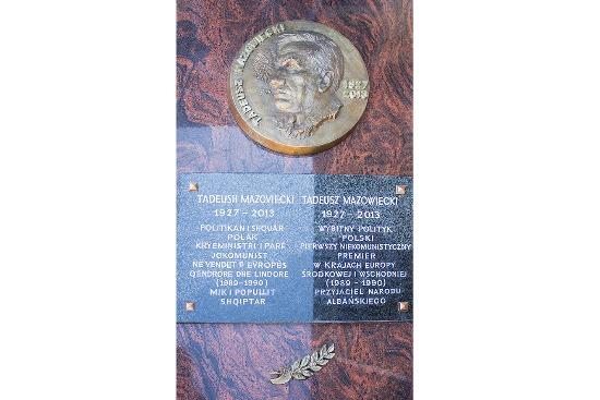 Tablica pamiątkowa poświęcona Tadeuszowi Mazowieckiemu