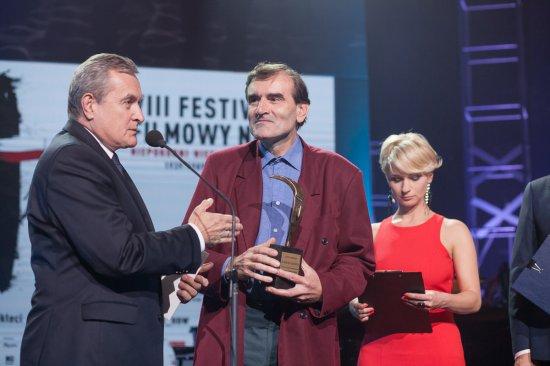 Na zdjeciu: Wicepremier,  minister kultury i dziedzictwa narodowego prof. Piotr Gliński wręcza główną nagrodę Henrykowi Jureckiemu za film Hieronim Bednarski. Wyklęty z czerwonej wsi