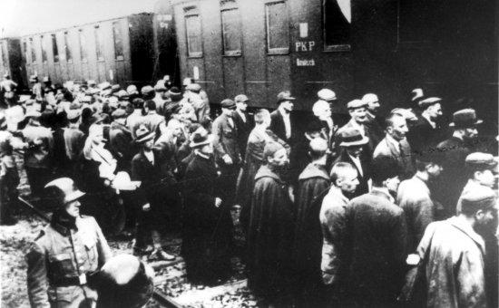 Na zdjeciu: Więźniowie I transportu na dworcu kolejowym w Tarnowie. fot. www.auschwitz.org