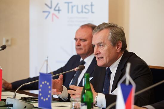 Na zdjeciu: W 26. spotkaniu ministrów kultury Państw Grupy Wyszehradzkiej w Pilźnie uczestniczy wicepremier Piotr Gliñski.
