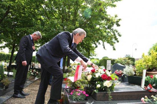 Wicepremier Piotr Gliński składa wieniec na grobie Jerzego Giedroycia w Maisons-Laffitte. autor zdjęcia Rafał Krawczyk