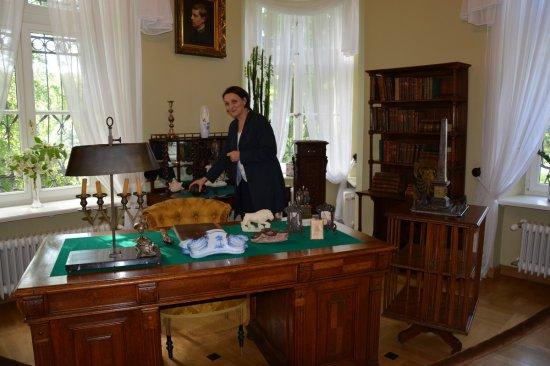 Na zdjęciu: Wiceminister Magdalena Gawin w trakcie wizyty w Muzeum Narodowym w Kielcach.