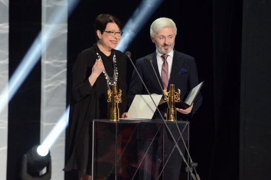 Na zdjeciu: Główną nagrodę wręcza laureatowi wiceminister kultury Wanda Zwinogrodzka. autor zdjęcia: Marcin Kułakowski