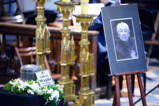 Urna z prochami zmarłego wystawiona w krakowskim kościele dominikanów