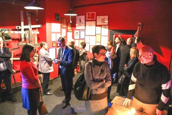 Na zdjęciu: Minister Zwinogrodzka rozmawia z pracownikami i gośćmi teatru