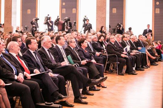 Na zdjęciu: Pani Premier Beata Szydło w otoczeniu ministrów