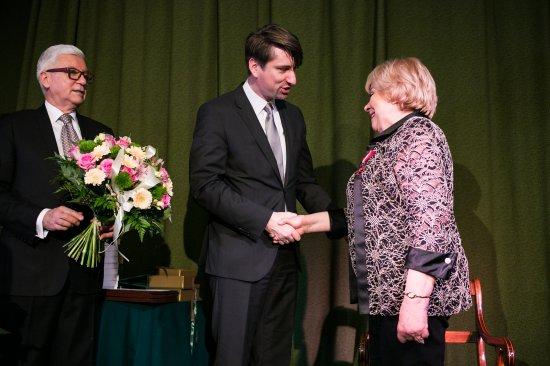 Na zdjęciu:Dyrektor Generalny MKiDN Jarosław Czuba wręcza Glorię Artis