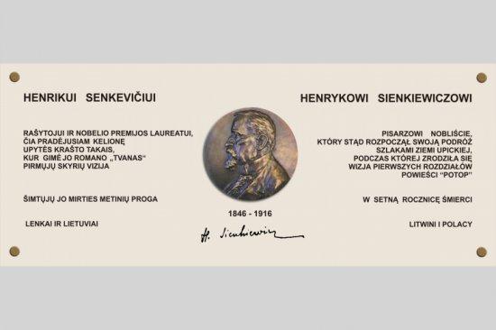 Na zdjęciu: Pamiątkowa dwujęzyczna tablica poświęcona Henrykowi Sienkiewiczowi