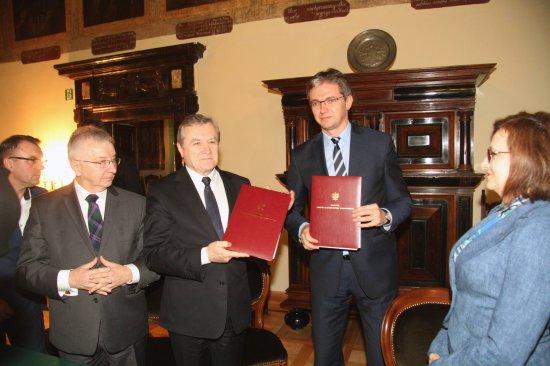 Na zdjęciu: podpisanie umowy pomiędzy Ministrem Kultury i Dziedzictwa Narodowego oraz Marszałkiem Województwa Świętokrzyskiego