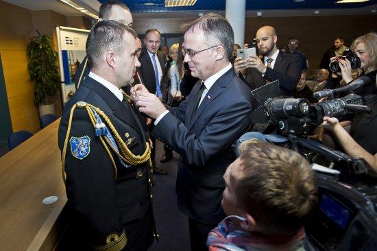 Na zdjęciu: Wiceminister Jarosław Sellin wręcza odznaczenia