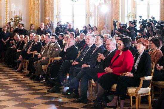 Na zdjęciu: ks. Adam Karol Czartoryski podpisuje umowę zakupu zbiorów Książąt Czartoryskich i związanych z nimi nieruchomości