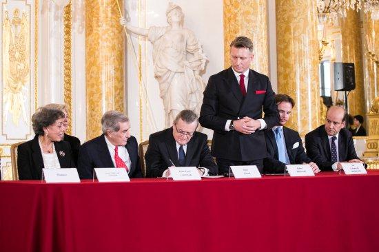 Na zdjęciu: Piotr Gliński,  Wicepremier i Minister Kultury i Dziedzictwa Narodowego podpisuje umowę zakupu zbiorów Książąt Czartoryskich i związanych z nimi nieruchomości