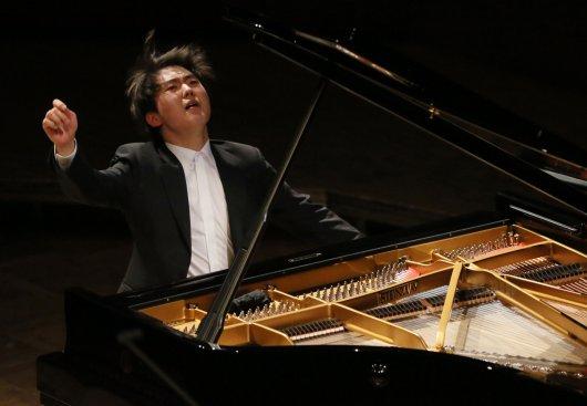Na zdjęciu: Laureat głównej nagrody XVII Międzynarodowego Konkursu Pianistycznego im. Fryderyka Chopina - Seong Jin-Cho,  podczas koncertu z okazji 206. rocznicy urodzin Chopina,  1 bm. w Filharmonii Narodowej w Warszawie. autor zdjęcia: PAP/Radek Pietruszka