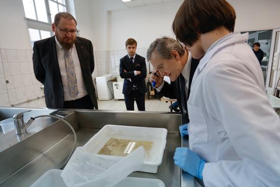 na zdjęciu: Minister Piotr Gliński w pracowni konserwatorskiej Muzeum Auschwitz. autor zdjęcia: Danuta Matloch