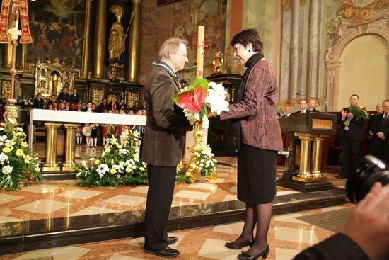 Na zdjęciu: Wręczenie medalu Gloria Artis prof. Henrykowi Kieresiowi.