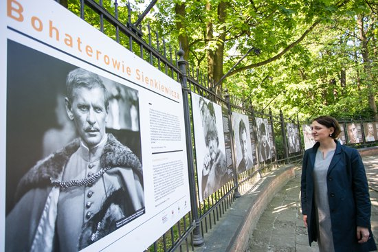 Na zdjęciu: Wiceminister kultury dr Magdalena Gawin na wystawie w Galerii Plenerowej Łazienek Królewskich w Warszawie. Autor zdjęcia: Danuta Matloch