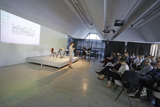 Na zdjęciu: Magdalena Gawin podczas otwarcia konferencji naukowej Modernizm prawem chroniony. w Muzeum Sztuki Nowoczesnej w Warszawie,  które kończy swoją działalność w dawnym pawilonie meblowym Emilia. autor zdjęcia: Danuta Matloch