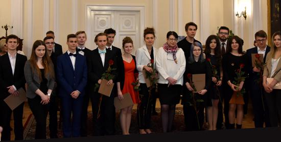 Na zdjęciu:  Podsekretarz Stanu w MKiDN Wanda Zwinogrodzka wraz z dyplomantami ze szkół artystycznych II stopnia.