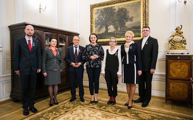 Na zdjęciu: Wiceminister Magdalena Gawin wraz z odznaczonymi twórcami. autor zdjęcia: Danuta Matloch