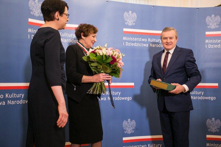 Ewa Dałkowska otrzymuje Złoty Medal Zasłużony Kulturze Gloria Artis z rąk ministra kultury Piotra Glińskiego. autor zdjęcia: Danuta Matloch