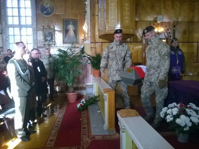 Jarosław Sellin na uroczystościach pogrzebowych żołnierzy Wojska Polskiego