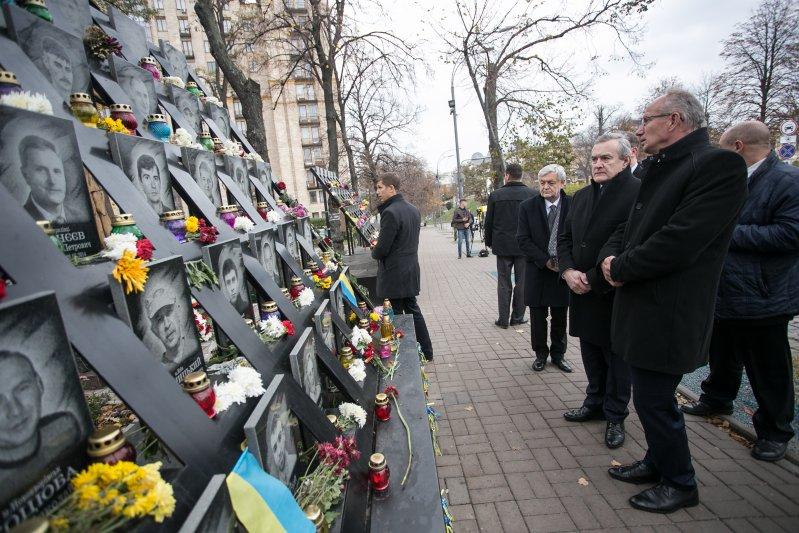 Minister Piotr Gliński pod Krzyżem Niebiańskiej Sotni. autor zdjęcia: Danuta Matloch