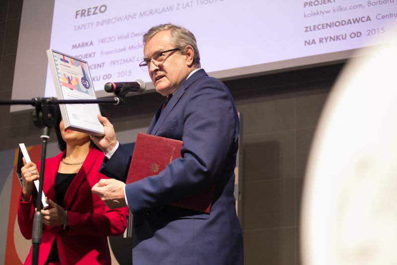 Minister Piotr Gliński wręcza nagrodę Wzór Roku dla Kultury. autor zdjęcia: Danuta Matloch