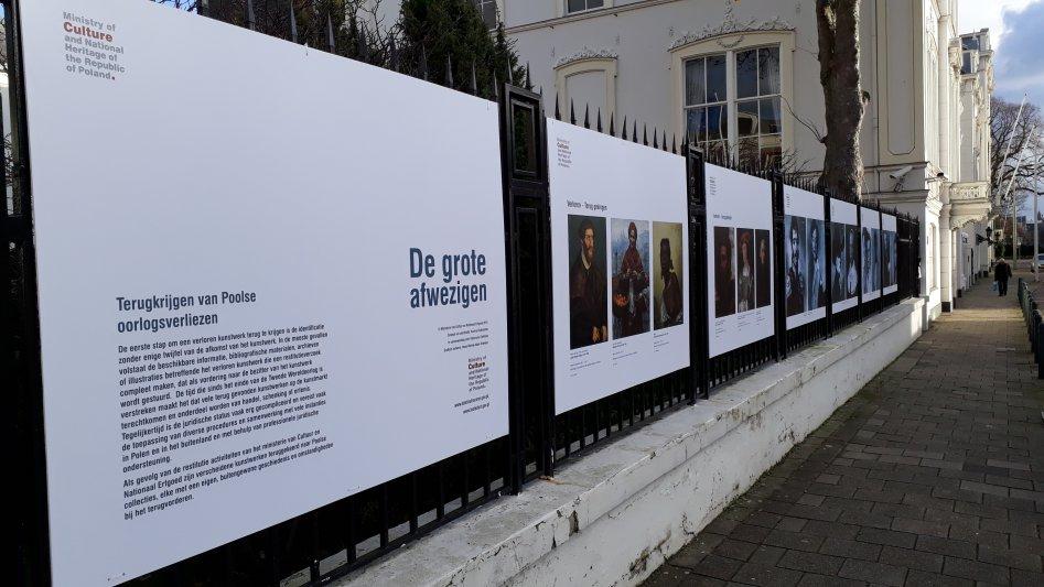 """Na zdjęciu: wystawa plenerowa """"Wielcy Nieobecni"""" poświęconą polskim stratom wojennym z dziedziny sztuk pięknych"""