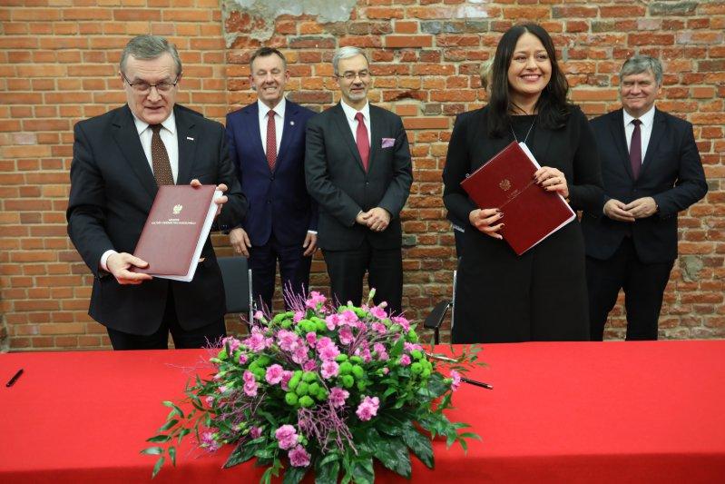 Na zdjęciu:  Podpisanie umów o dofinansowanie projektów z funduszy unijnych. autor zdjęcia: Danuta Matloch