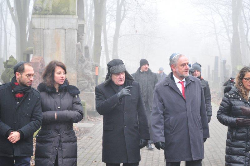 Na zdjęciu: wicepremier Gliński i dyrektor Generalny Światowego Kongresu Żydów zwiedzają Cmentarz Żydowski