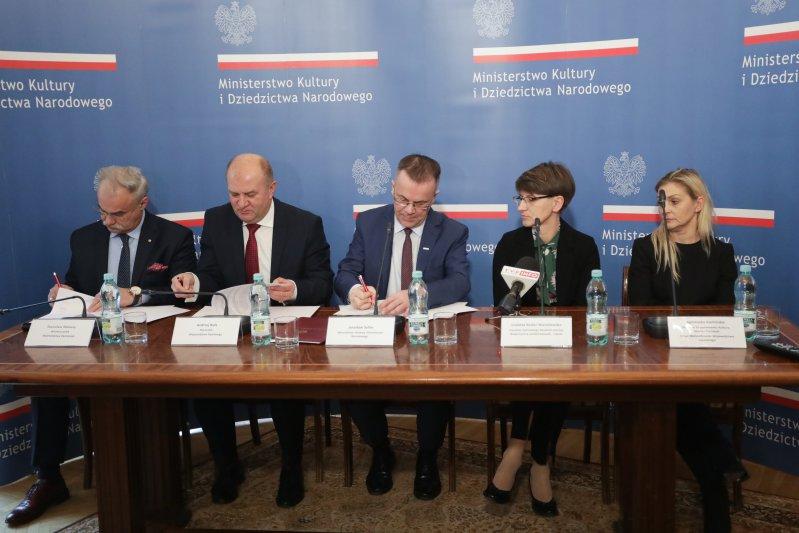Na zdjęciu:  Podpisanie umowy ws. współprowadzenia Centralnego Muzeum Jeńców Wojennych w Łambinowicach-Opolu