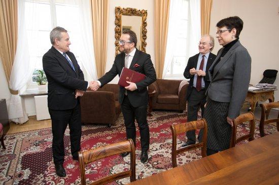 Na zdjęciu: Daniel Cichy i minister Piotr Gliński