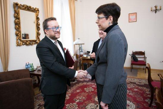 Na zdjęciu: Daniel Cichy i wiceminister Wanda Zwinogrodzka