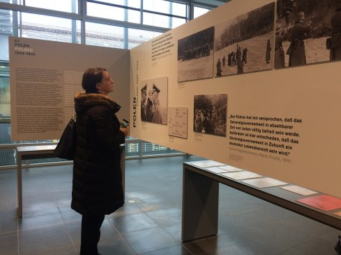 """Na zdjęciu: Minister Magdalena Gawin w Muzeum """"Topografii terroru"""""""