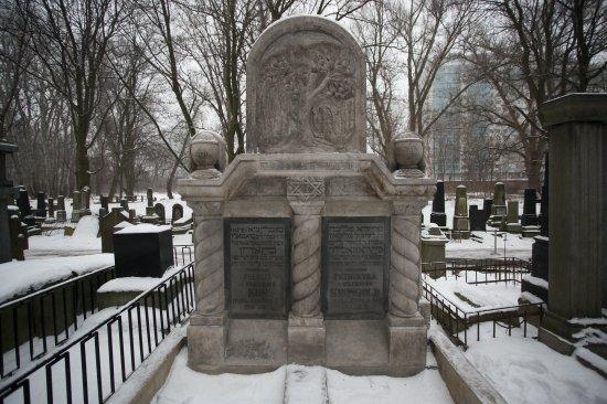 Na zdjęciu: nagrobki, Cmentarz Żydowski na Woli
