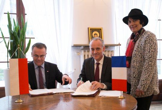 Na zdjęciu: Podpisanie postanowienia w sprawie utworzenia Muzeum Gombrowicza