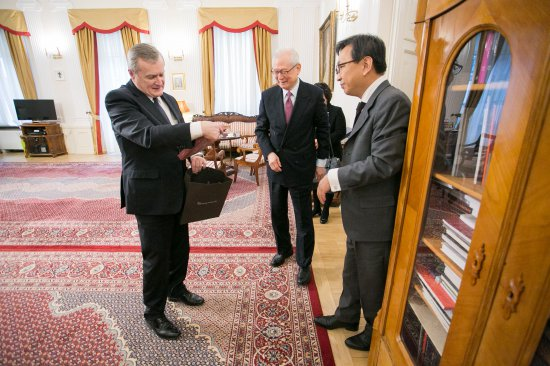 Na zdjęciu: Wicepremier,  minister kultury i dziedzictwa narodowego prof. Piotr Gliński i delegacja koreańska z Uniwersytetu Keyimyung w mieście Daegu