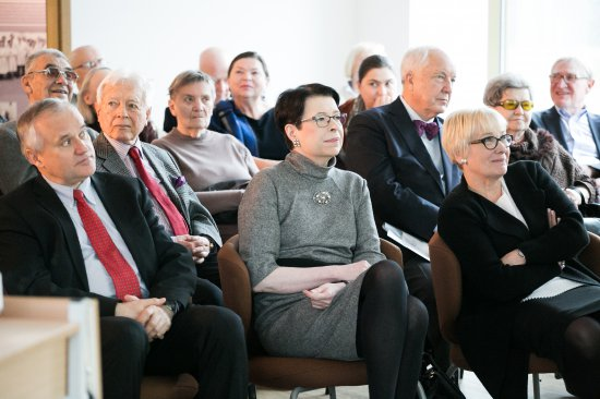 Na zdjęciu: Wiceminister Wanda Zwinogrodzka wręcza Brązowe Medale Zasłużony Kulturze Gloria Artis