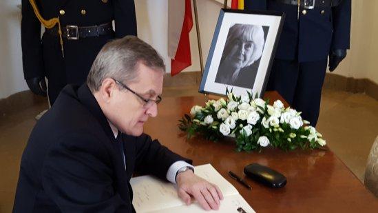Na zdjęciu: Minister Piotr Gliński dokonuje wpisu do księgi kondolencyjnej